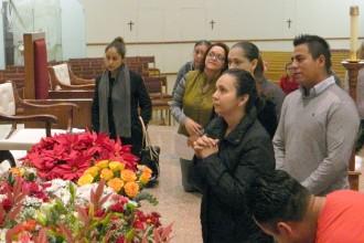 Feligreses como Elisa Gutierrez, situada en el frente, oran ante una imagen de la Virgen de Guadalupe en la Iglesia de San Eduardo el 12 de diciembre despues de la misa en honor a la Virgen. La photo por debajo muestra una imagen de la Virgen.  (Foto por Ruby Thomas The Record)